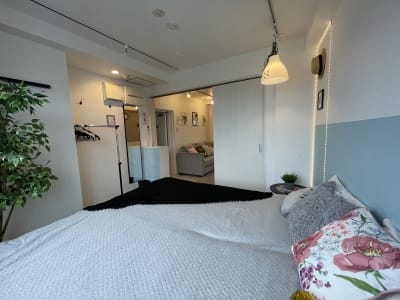 LEDライトの壁フレームが特徴です - 扇園(おうぎえん) 6Fパリのアパルトマン風ルームの室内の写真