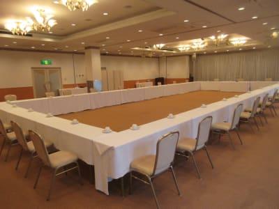 囲み形式最大60名まで対応可能 - 広島ダイヤモンドホテル 貸会議室「バラの間」の室内の写真