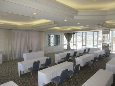 スクール形式最大80名 まで可能 - 広島ダイヤモンドホテル 貸会議室「瀬戸の間」の室内の写真