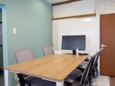 机は横幅150cm - クルメル押上 会議室、テレワークスペースの室内の写真