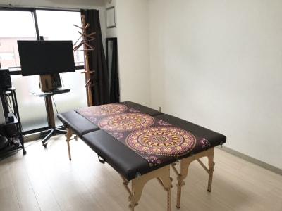 折り畳みベッド2台を並べることで広々とした施術が可能です - ゾウスペ新宿 会議室&サロンスペースの室内の写真