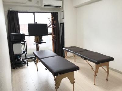 折り畳みベッド2台になりました。高さ調整可能です。 - ゾウスペ新宿 会議室&サロンスペースの室内の写真