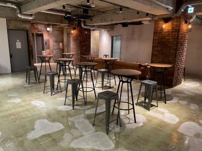 地下1階:アンティークなソファー・ハイテーブル・ハイチェアー設置 - A YOTSUYA 【撮影】地下1階イベントスペースの室内の写真