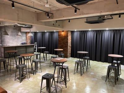 地下1階:ハイテーブル・ハイチェアー設置 配信にも利用可能 - A YOTSUYA 【撮影】地下1階イベントスペースの室内の写真