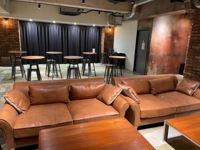 地下1階:アンティークなソファー設置 - A YOTSUYA 【撮影】地下1階イベントスペースの室内の写真