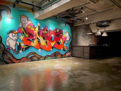地下1階:グラフティーの前での撮影可能&バーカウンター利用可能 - A YOTSUYA 【撮影】地下1階イベントスペースの室内の写真
