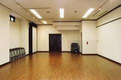 床の仕様が画像とは異なるリノリウム仕上げとなりましたので、ダンス等で膝への負担も軽減することができます。 - 廣東會館倶樂部 1階 ホールの室内の写真