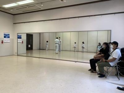 廣東會館倶樂部 1階 ホールの室内の写真