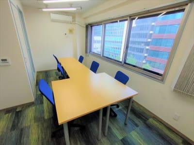 テーブルのレイアウトは自由に変更可能です。利用後は元に戻してください。 - 新橋相互ビル 会議・MTG・ボドゲ向きスペースの室内の写真