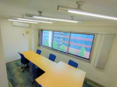 窓が二重になっていますが、電車が通る音は聞こえます。会議などで話している時や集中している時は気にはなりませんが、個人差がありますので、ご留意ください。 - 新橋相互ビル 会議・MTG・ボドゲ向きスペースの室内の写真