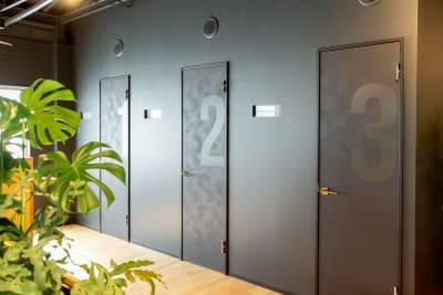 いいオフィス新大阪 コワーキングスペース2の室内の写真