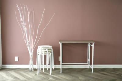 スツール・メイク机(80×40) - 代々木スタジオ 代々木/白壁/自然光撮影スタジオの室内の写真