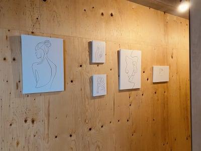 入り口の絵画 - レンタルスペース 多目的スペースの室内の写真