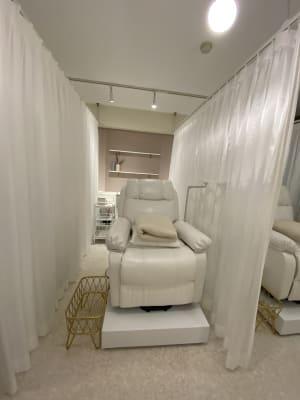 カーテンで半個室になっています - EYENA eyelash 美容所登録済み、マツエクサロンの室内の写真