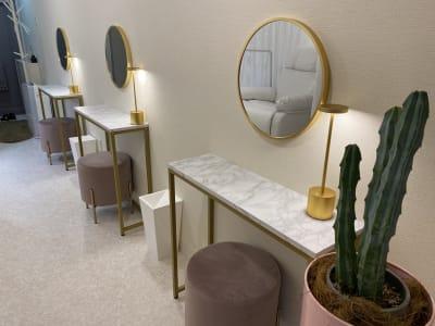 一人につき一つの専用メイクスペース - EYENA eyelash 美容所登録済み、マツエクサロンの室内の写真