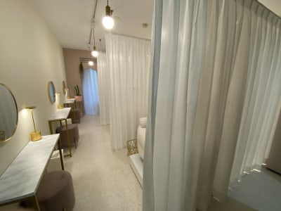 カーテンを閉めた様子 - EYENA eyelash 美容所登録済み、マツエクサロンの室内の写真