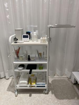 必要なものが揃っています。(グルーとツイザーはご用意ください。) - EYENA eyelash 美容所登録済み、マツエクサロンの設備の写真