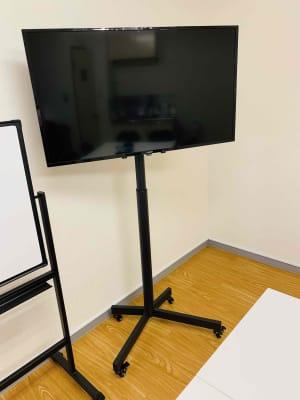 40インチモニター - ゼロ会議室 駅近会議室!リモートワークに最適の室内の写真