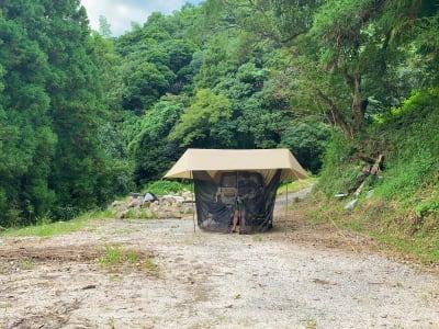 このようにテントやタープを貼ってキャンプを楽しむことができます! - 市ノ瀬ベース 那珂川に新スポット作りました♪の室内の写真