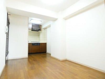 シンプルな多様スペースahacu 使いやすい多目的スペースの室内の写真