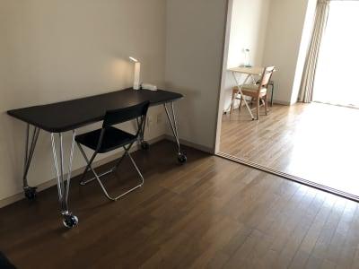 間切りを取り付ければ完全に2つの個室になります。 - シンプルな多様スペースahacu 使いやすい多目的スペースの室内の写真