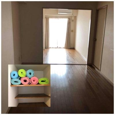 5〜8人少人数制ヨガや体操教室、ネット配信などにも使えます。ヨガマットは7つまで貸し出します。いくつでも500円。 - シンプルな多様スペースahacu 使いやすい多目的スペースの室内の写真