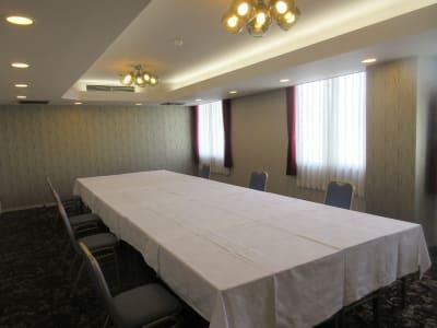 対面形式式最大20名まで可能 シアター形式最大30名まで可能 - 広島ダイヤモンドホテル 貸会議室「802号室」の室内の写真