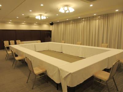 囲み形式最大40名まで可能 スクール形式最大55名まで可能 - 広島ダイヤモンドホテル 貸会議室「安芸の間」の室内の写真