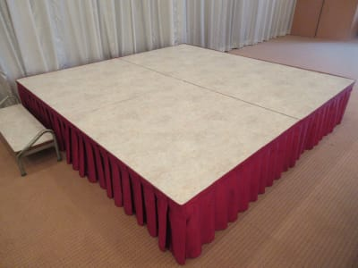 ステージ W2400×D1200×H400 (2枚使用)  - 広島ダイヤモンドホテル 貸会議室「安芸の間」の設備の写真