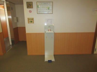 2階フロアー スタンド式消毒液設置 - 広島ダイヤモンドホテル 貸会議室「安芸の間」の入口の写真