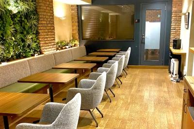 西新橋 貸会議室&電源・WiFiくつろぎカフェ|ロジカフェ 交流会・懇親会向け多目的スペースの室内の写真