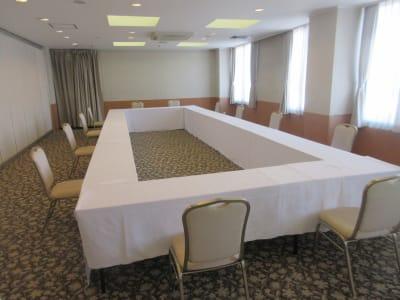 囲み形式最大36名まで可能 - 広島ダイヤモンドホテル 貸会議室「201号室」の室内の写真