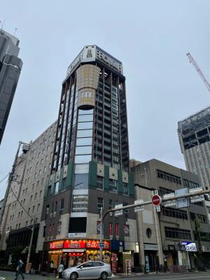 このビルの10階です! - 完全個室☆高級レンタルサロン シャンプー台のある個室サロンの外観の写真