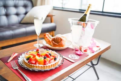 シャンパングラス・シャンパンクーラーは有料オプションにてご利用可能※ケーキ・シャンパンは付きません - 熊谷駅前ベース パーティースペース【飲食可】の室内の写真