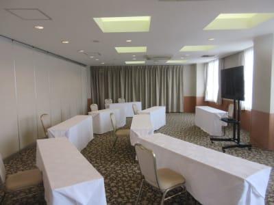 パーテーションを開放してシアター形式最大70名まで可能 - 広島ダイヤモンドホテル 貸会議室「201・205号室」の室内の写真