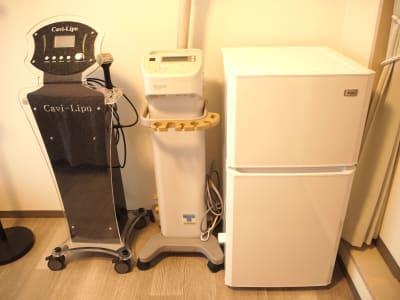 エステ機器や冷蔵庫 - レンタルサロンミモザ 名古屋レンタルサロンの室内の写真