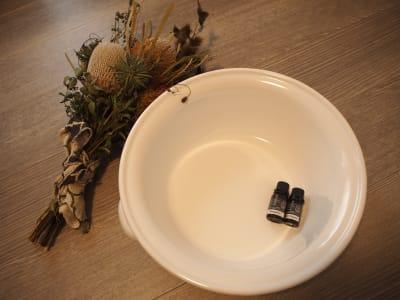 足湯用の桶や精油もございます - レンタルサロンミモザ 名古屋レンタルサロンの室内の写真