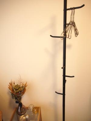 お客様用のハンガーラック - レンタルサロンミモザ 名古屋レンタルサロンの室内の写真