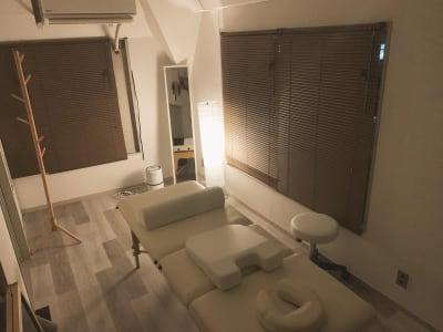 夜は間接照明でリラックス空間を演出できます🌟 - レンタルサロン「My room」 レンタルサロン My roomの室内の写真