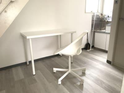 作業用のデスクやイスもございますので、ご自由にお使い下さい。 - レンタルサロン「My room」 レンタルサロン My roomの設備の写真