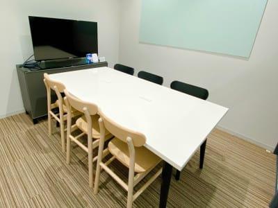 【6人部屋】ホワイトボードあります。 - ATOMica 貸し会議室【6人部屋】の室内の写真