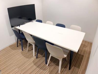 【8人部屋】ホワイトボードあります。 - ATOMica 貸し会議室【6人部屋】の室内の写真