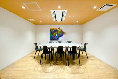 【熊の間】ホワイトボードあります。 - ATOMica 貸し会議室【6人部屋】の室内の写真