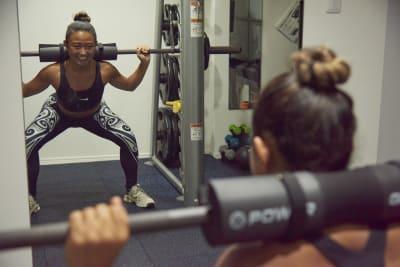 初心者や女性の方でも安心のスミスマシンを完備。 正しいフォーム意識してトレーニングが可能です。 - セルフィット武蔵小山店 レンタルジム、パーソナルジムの室内の写真