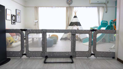 お部屋内に設置してあるベビーゲートは移動OKす!  両サイドのパネルをたためばコンパクトになるので、お部屋を広々使うことも可能です♪ - KICHIレンタルキッズスペース 子供が主役!のレンタルスペースの室内の写真