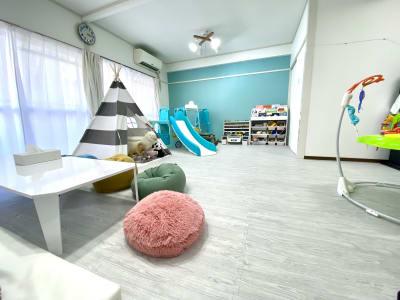 ママのくつろぎスペースからお子さまが遊んでいる様子をゆっくりご覧いただけます♪ - KICHIレンタルキッズスペース 子供が主役!のレンタルスペースの室内の写真