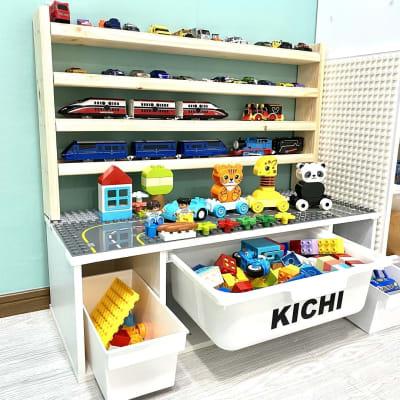 知育にもおすすめ!レゴを楽しめるスペース♪ 棚にはトミカとプラレールも並んでいるので自由に遊んでくださいね♪  ※誤飲防止のためブロックは全てデュプロ(大きいレゴブロック)でご用意しています。 - KICHIレンタルキッズスペース 子供が主役!のレンタルスペースの設備の写真