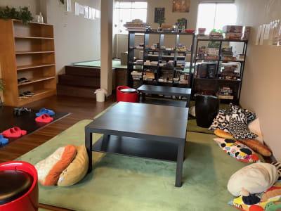 こちらは多人数でも広く使えます 左の奥が小上がりです - ボードゲームカフェ7Gold キッチン付きレンタルスペースの室内の写真