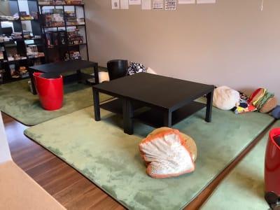 クッションなどもご自由にお使いいただけます - ボードゲームカフェ7Gold キッチン付きレンタルスペースの室内の写真