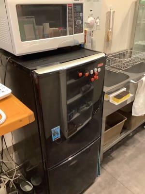 冷蔵庫と電子レンジ - ボードゲームカフェ7Gold キッチン付きレンタルスペースの設備の写真